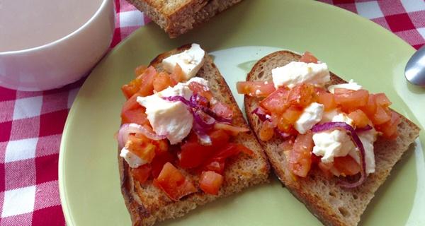 Закуска с помидорами и брынзой