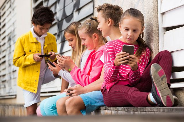 Прилипли к телефонам. Как смартфоны влияют на детей?