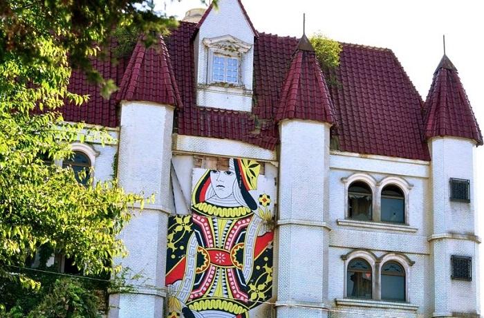 Вход в бордель Queen Chateau в Мито (Япония). | Фото: ici-japon.com.