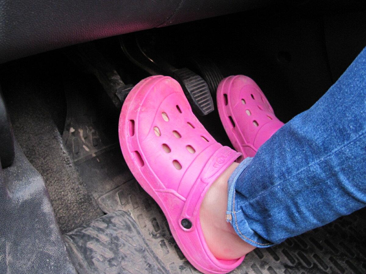 Почему не следует постоянно держать на педали сцепления ногу