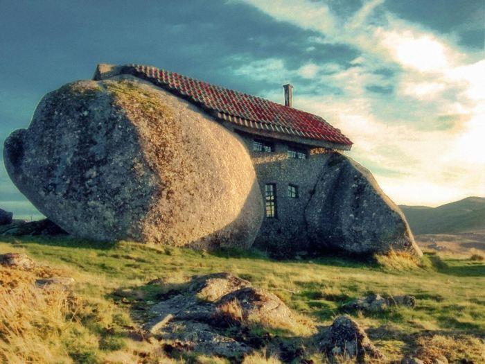 Уникальный дом-камень больше похож на сказочное жилище великанов (Casa do Penedo, Португалия). | Фото: orangesmile.com.