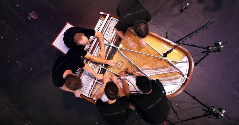 Пятеро мужчин сели за пианин…