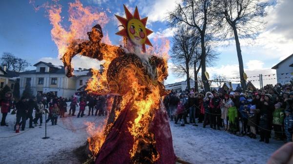 В РПЦ отстранённо отнеслись к ежегодному сжиганию «чучела зимы» как женского образа