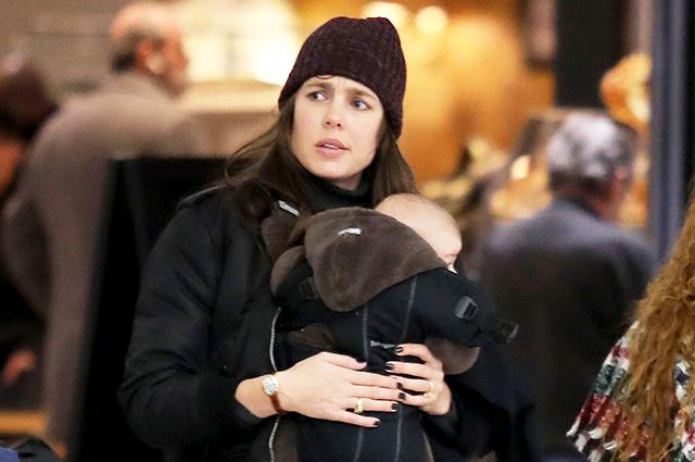 Шарлотта Казираги замечена с двухмесячным сыном в аэропорту Парижа