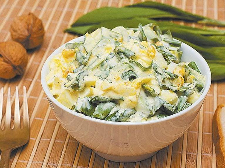 Теплый картофельный салат с луком-пореем
