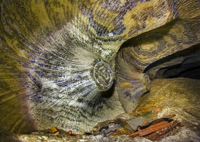 Залегающие слоями минералы придают пещере особую *психоделическую* окраску.