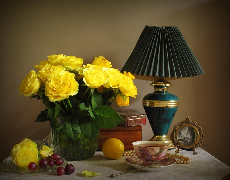 желтые цветы и свечи фото натюрморт гармонично здесь выглядят
