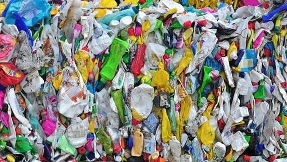 По данным Greenpeace, пластиковые отходы Великобритании вывозятся в Турцию и сжигаются ИноСМИ