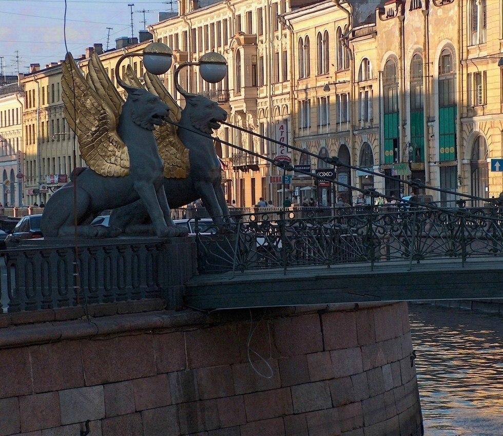 Грифоны Банковского моста в Петербурге