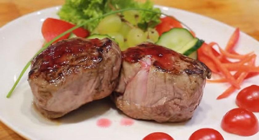 Мясные медальоны на сковороде: простое и сытное блюдо из свинины