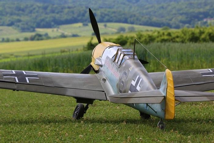 Зачем между хвостом и кабиной моторного самолета натягивался трос во времена Второй мировой войны