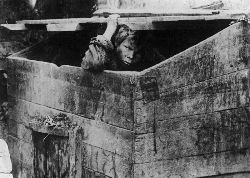 3. Мусорный ящик — жилище беспризорных. Одесса, 1928. СССР, беспризорники, интересное, история, фотографии