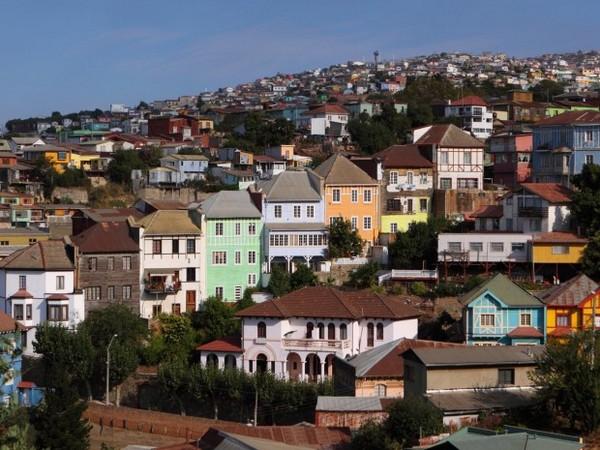 Красочные дома в скалах Вальпараисо, Чили