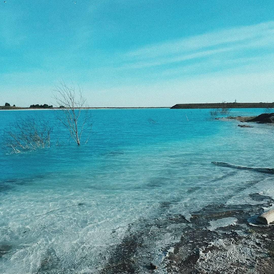 7 фото новосибирских Мальдив – щелочного озера голубого цвета, которое лучше не трогать Россия,экология