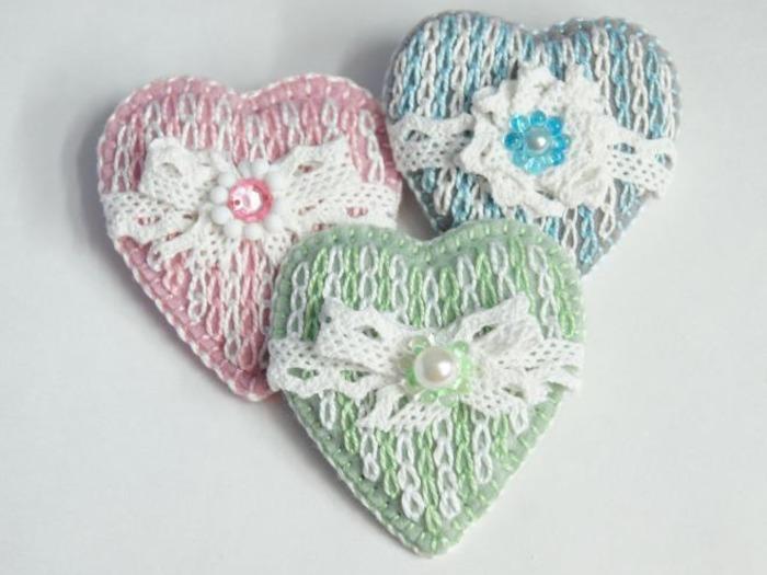 Сердечки - брошь с имитацией вязания вышивкой. Поделки из таблеток - море идей