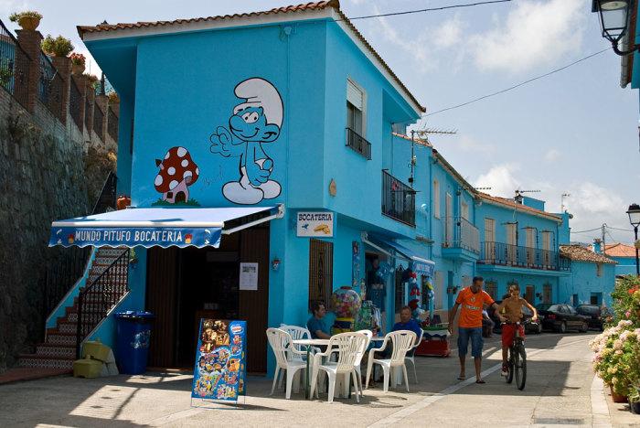 Всех гостей городка Хускар встречают синие человечки