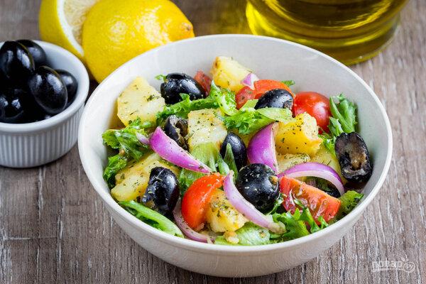 Яркий и сытный салат из картофеля, маслин, томатов и лука