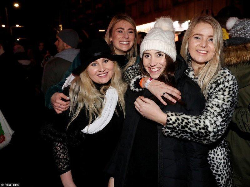Люди вышли веселиться на улицы, несмотря на штормовое предупреждение великобритания, новый год, погуляли, тусовщики, фоторепортаж, хогманей, шотландия
