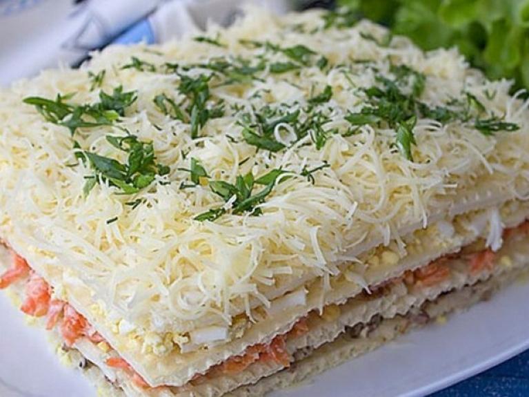 Рецепт потрясающего закусочного торта из вафельных коржей с курицей и грибами