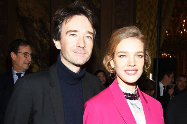 Наталья Водянова в ярко-розовом костюме посетили показ Berluti вместе с Антуаном Арно