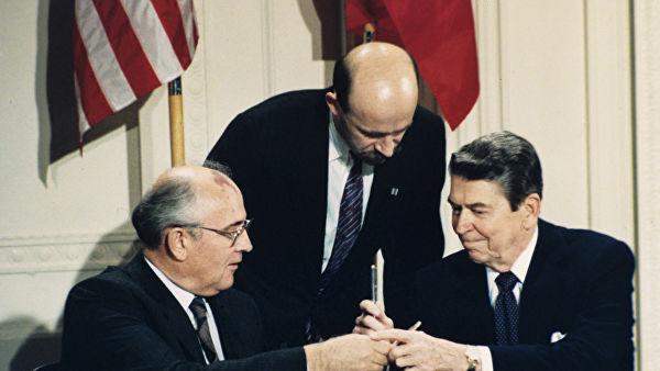 """Вывести танки. """"Сдал"""" ли Горбачев военных ради мира с американцами"""