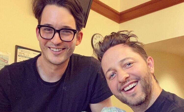 Писатель и телеведущий Дерек Бласберг и его партнер стали родителями близнецов Звезды,Звездные пары