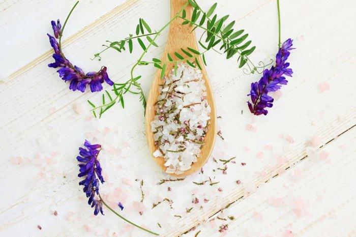 10 народных средств, избавляющих от неприятного запаха ног народные средства,неприятный запах,полезные продукты,потливость ног
