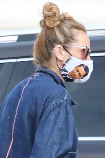 Уличный стиль знаменитости: Джулия Робертс появилась на публике в маске с портретом Барака Обамы президента, Робертс, публике, Джулия, появления, время, Мишель, бывшего, Трампа, выступала, поддержку, Дональда, нынешнего, политику, осуждает, конкурентки, звезды, голливудские, Ограничительные, Хиллари
