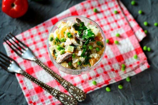 Бюджетный салат из куриных сердечек, яиц и горошка