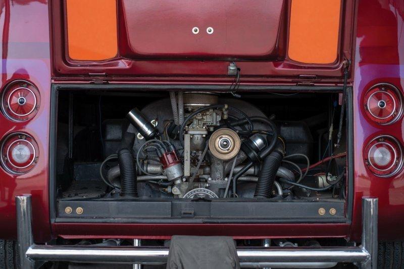 """«Под капотом» 1,8-литровый 4-цилиндровый двигатель от Volkswagen 1972 года с боковой выхлопной системой. В паре с ним стоит 4-ступенчатая """"механика"""". volkswagen, volkswagen t1, авто, автомобли, кастомайзинг, микроавтобус, ретро авто, тюнинг"""