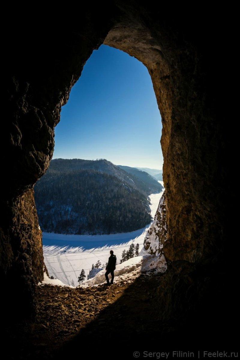Сама пещера небольшая, однако она впечатляет высоким арочным входом высотой около 12 метров с шикарным видом на залив. Благодаря такому виду эту пещеру также называют Поднебесной. Красноярский край, высота, гора, красноярск, пейзаж, пещера, природа, фото