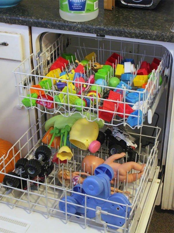 10. «Игрушки можно помыть в посудомоечной машине» Хитрость, дети, идея, полезно, родители, совет, фантазия