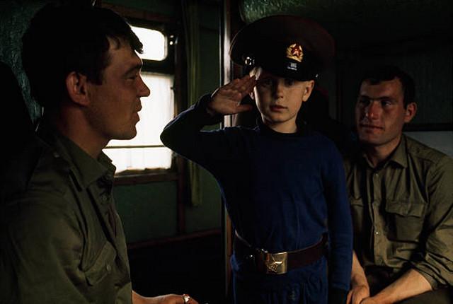 Юный путешественник подружился с солдатами в поезде.
