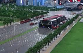 Китайцы испытали автобус, который не боится пробок