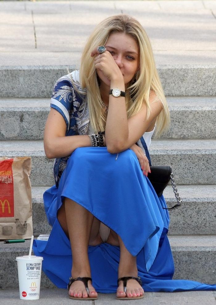 Фото трусиков под юбкой платьем