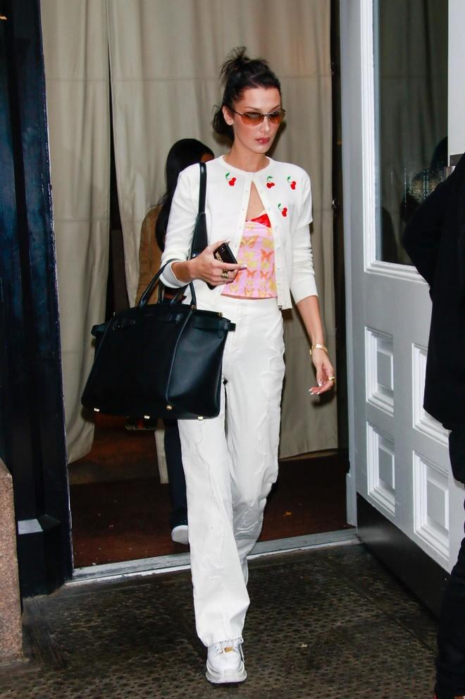 Вишенки, бабочки и белые джинсы: влюбленная Белла Хадид (фото 1)