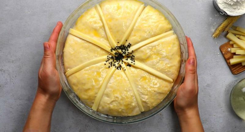 Пшеничный хлеб с сыром тесто, миску, форму, частей, выпекания, диаметром, смСыр, разрежьте, существуют, емкость, условно, разделите, сегментов, поместите, между, куску, Оставьте, Тесто, переложите, пергаментом