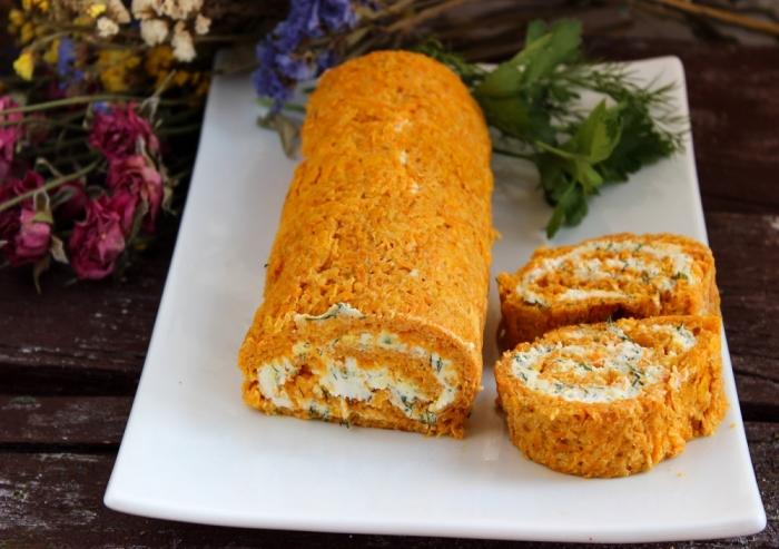 Рулет из моркови с творожным сыром и зеленью.  Фото: receptisalatov.com.