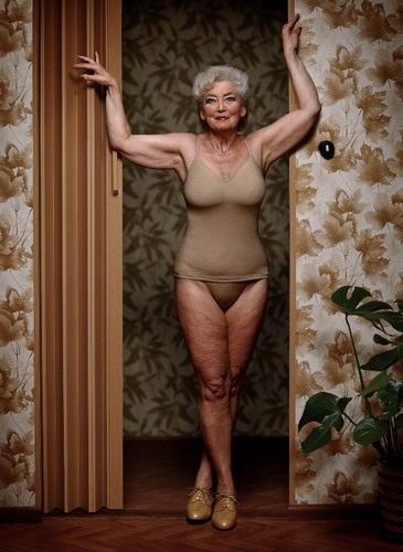 После 50-ти женщине желательно не раздеваться при свете !
