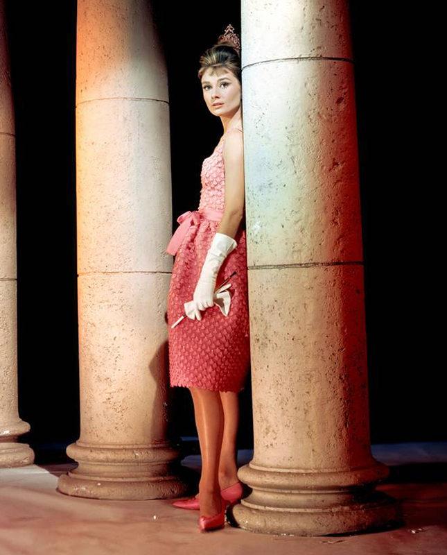 Конфетно-розовое платье — идеальный выбор для предновогодней вечеринки
