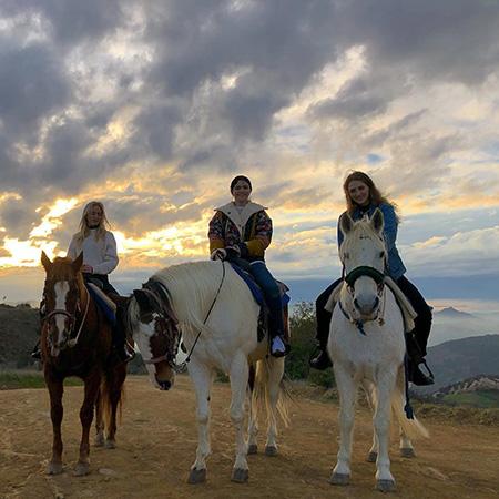 Селена Гомес восстанавливает пошатнувшееся здоровье прогулками на лошадях с подругами новости
