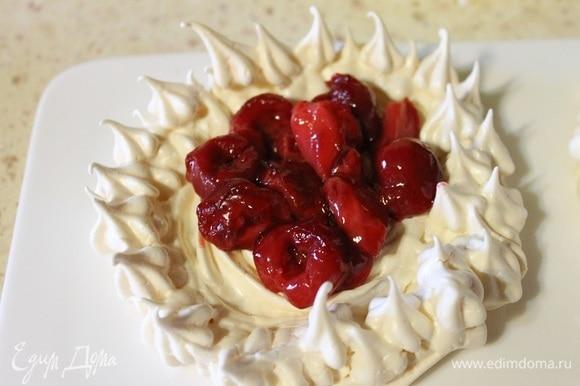 Теперь в каждую корзиночку кладем начинку из ягод, сверху — ванильный мусс, посыпаем орешками и сразу подаем.