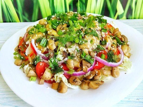 Любители вкусного и полезного оценят по достоинству — тёплый салат с говядиной под пикантным соусом