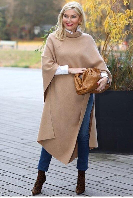 Пончо, платок, юбка-плиссе...: как носить обычные вещи стильно женщинам 50+