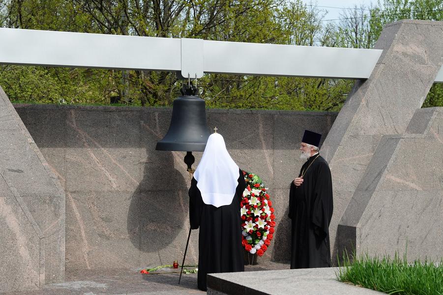 Патриарх РПЦ на Бутовском мемориале.png