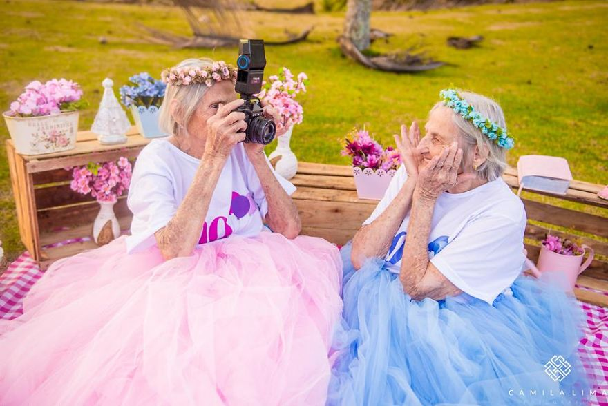 Близнецы из Бразилии отмечают 100-летний юбилей жизнерадостной фотосессией