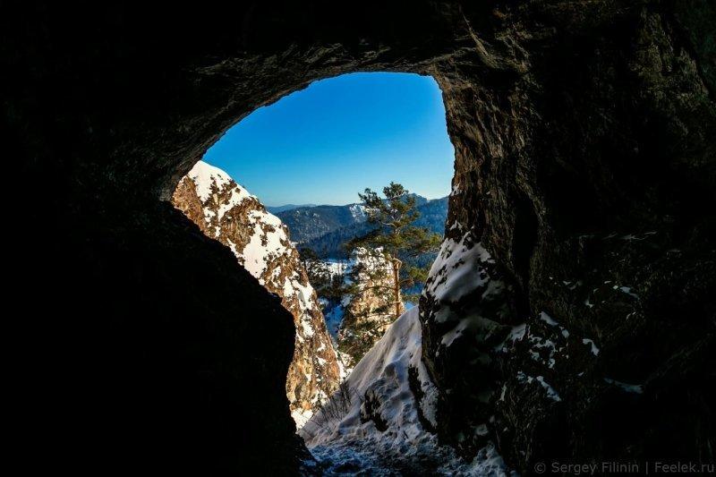 Чуть правее от нее находится еще одна пещерка. Вообще, Бирюсинский залив богат пещерами, их здесь несколько сотен. Самая известная, Женевская, имеет длину ходов более 5 километров. Красноярский край, высота, гора, красноярск, пейзаж, пещера, природа, фото