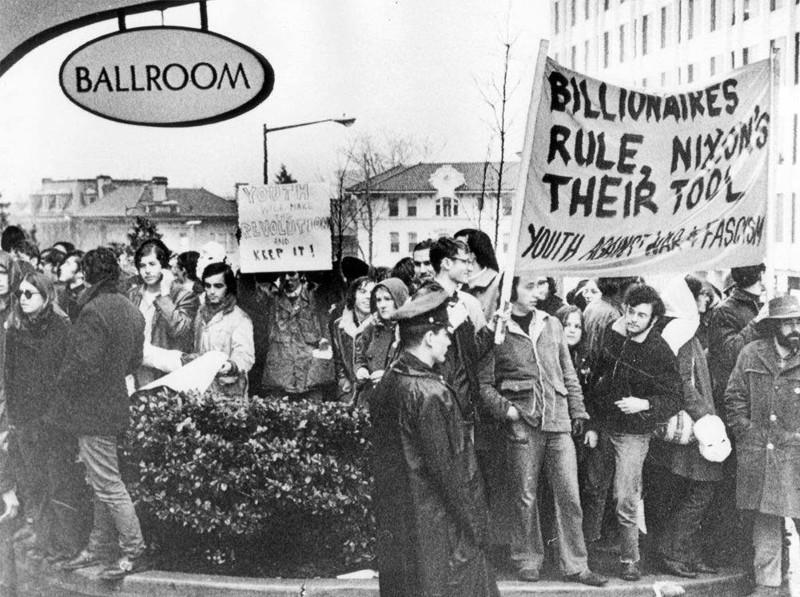 """Протесты молодежи в день инаугурации Ричарда Никсона, 1969 год, Вашингтон, США Надпись на плакате: """"Миллиардеры правят, Никсон их инструмент"""" история, события, фото"""