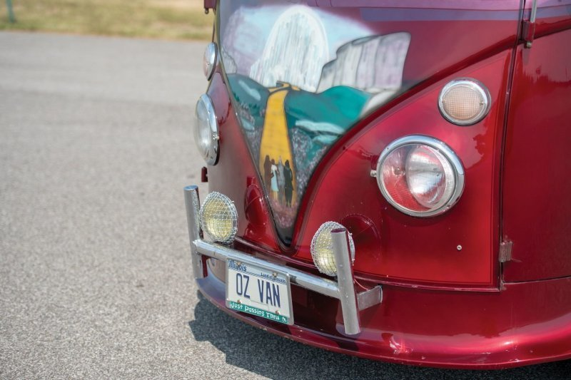 Все это окрасили в красный цвет Candy Brandy Wine и нанесли рисунок на тему «Волшебника страны Оз». Передвигается это мини-чудо на дисках Cragar SS. volkswagen, volkswagen t1, авто, автомобли, кастомайзинг, микроавтобус, ретро авто, тюнинг
