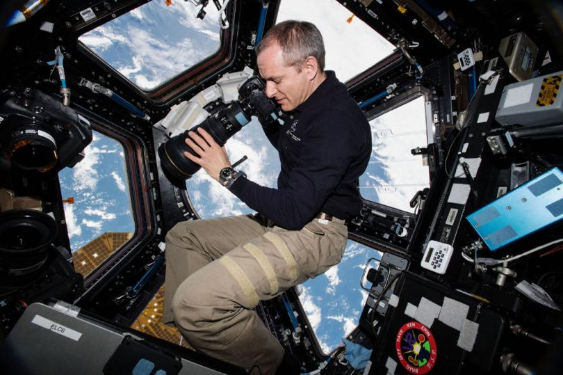 Астронавт Канадского космического агентства Давид Сен-Жак с фотоаппаратом. (Фото NASA):